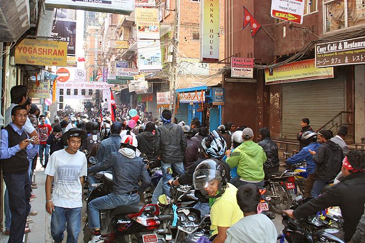 Непальцы веселятся в Тихар, Катманду