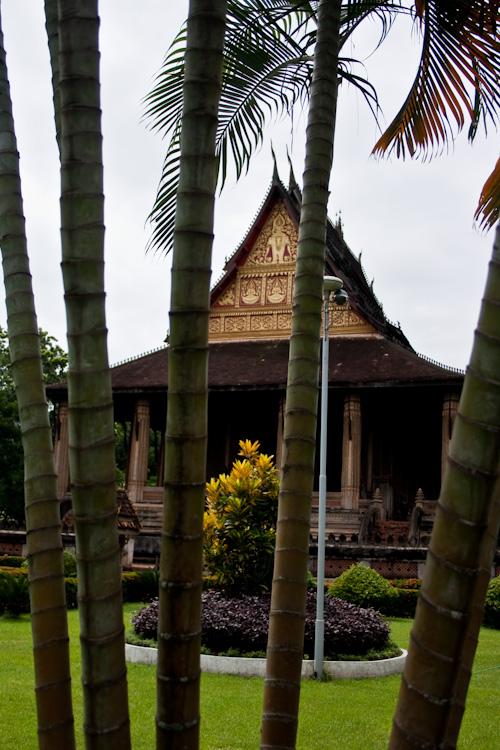 Вид на Haw Phra Kaew из-за деревьев