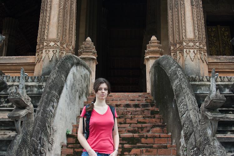 Лестница с драконами в храме Haw Phra Kaew