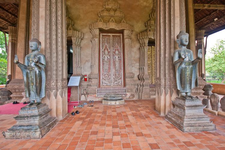 Перед входом в храм Хо Пха Кео