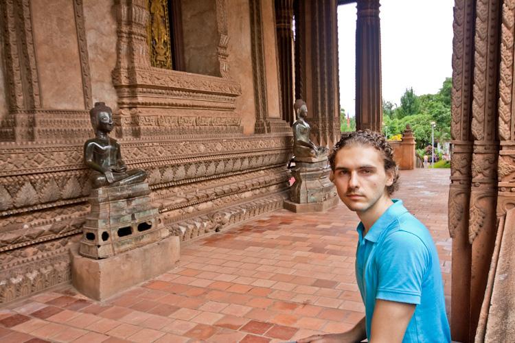 На скамейках внутри известнейшего сооружения Haw Phra Kaew