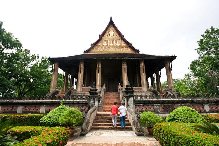 Туристы в Haw Phra Kaew