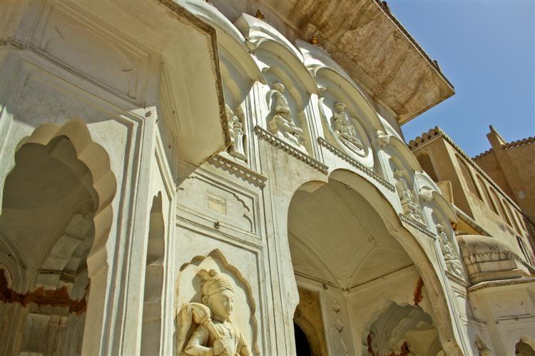 Скульптуры во дворце ветров