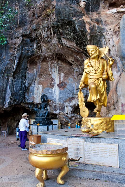 Веселая статуя в пещере Tiger cave