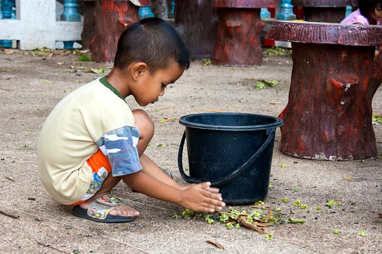 Тайцы с младых лет учатся уважать стены храма и Tiger cave не исключение