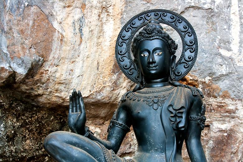 Одна из многочисленных статуй Будды в Тигриной пещере