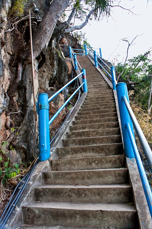 Длинная лестница на вершину Tiger cave