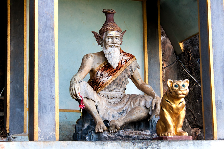 Статуя монаха с кошкой в Wat Tam Sua