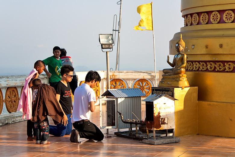 Тайцы молятся и приносят дары на вершине