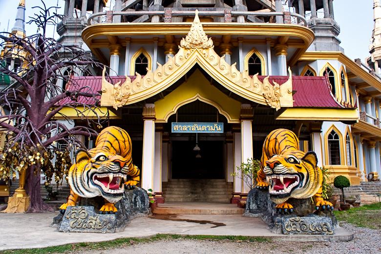 Все напоминает о том, что это храм именно тигриной пещеры